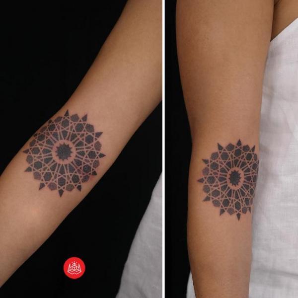 Simple Mandala Dotwork tattoo by 2vision Estudio
