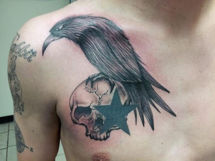 Raven Sta8r Scull tattoo by Tantrix Body Art