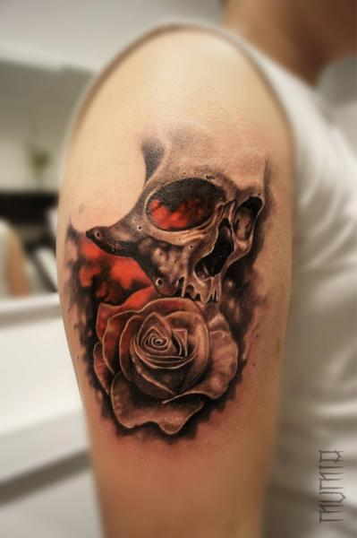 Rose and Scull tattoo by Mumia Tattoo
