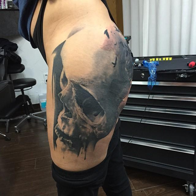 Incredible Thigh Realistic Skull tattoo by Marcel Daatz